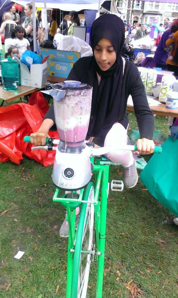Lamees Shosh producing smoothies